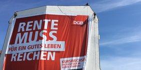 Plakat / Großplakat DGB Rente muss für ein gutes Leben reichen DGB-Rentenkampagne Berlin Schiffbauerdamm