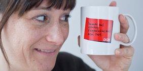 Frau mit DGB-Tasse