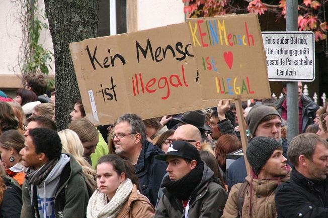 Über 2.000 Menschen demonstrieren für die Solidarität mit Flüchtlingen und gegen Nazis